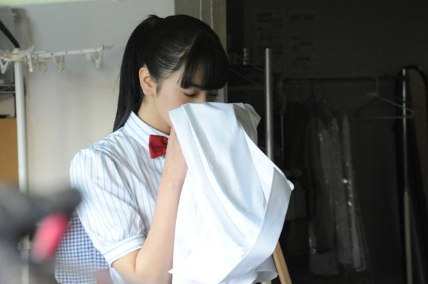 【写真を見る】大好きなあまり、店長(大泉洋)のYシャツの匂いをこっそり嗅いでしまう!