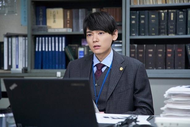 「連続ドラマW 6 0  誤判対策室」で若手弁護士・世良を演じる古川雄輝