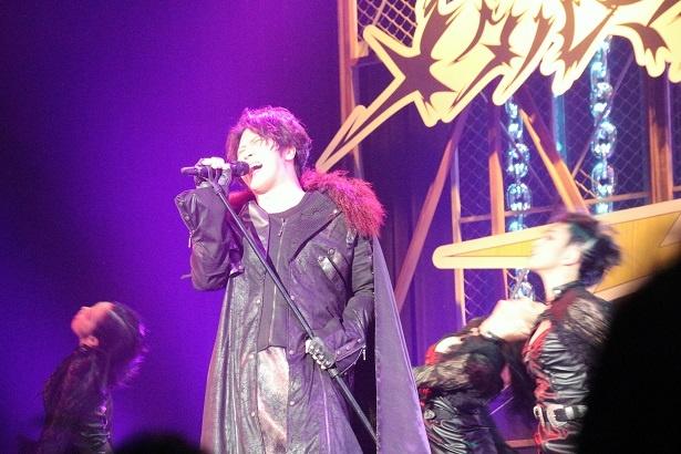 歌舞伎では見られないメタルを意識した衣装で熱唱した