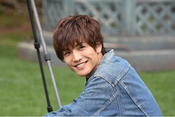 キュートな笑顔を浮かべる岩田剛典