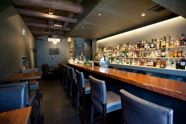 【写真を見る】2階は幸田さんが経営するバー。1階が満席の時はここで食事もできる