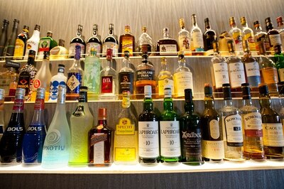 ウイスキーやモヒートなどあらゆるアルコールが揃う。おひとりさまのバーデビューに最適だ