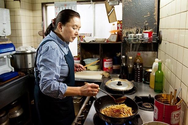 注文を受けてから調理。焼きそばの隠し味にケチャップをひとすくい加えるのがポイント