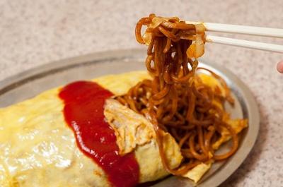 ソースの絡まり具合は深蒸しの太麺ならでは。ポップな見た目に反してボリューム満点