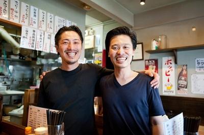 【写真を見る】幸田さんとスタッフの竹村皓太さんは地元の友人。厨房内での連携もバッチリ!