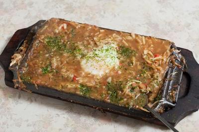 そばもんじゃが提供されるステーキ用の鉄板は、開業時から使い続けているもの。現在は製造されていない貴重品だ