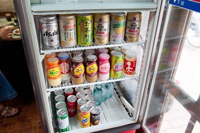 【写真を見る】飲み物はユニークな自己申告制。アルコールは350円、それ以外は100円と分かりやすい価格設定