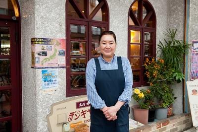 「嫁いで40年」という3代目の奥様・杉平淑江さん。明るい笑顔で調理もホールもこなす