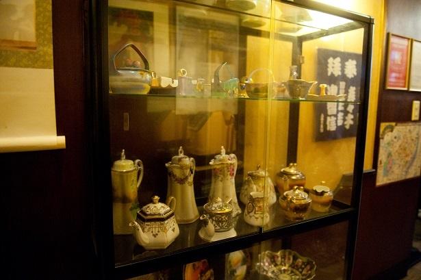 店内中央に飾られているオールドノリタケコレクション。常連さんからの寄贈品だそう