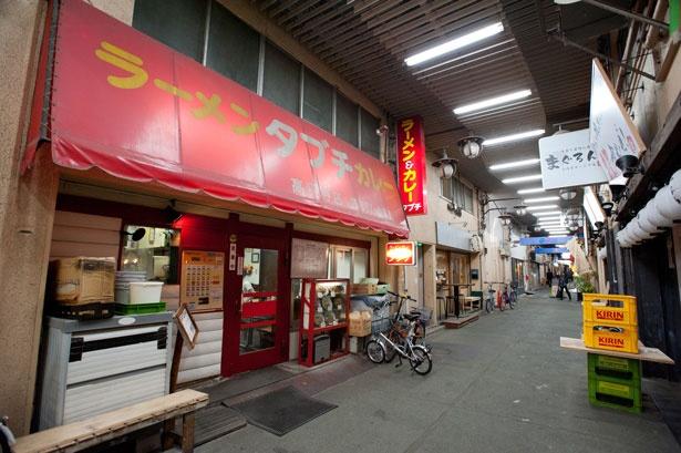 個性的な居酒屋や飲食店が並ぶ高円寺ストリートの中でも、ひときわ目立つ真っ赤な店構え