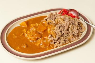 【写真を見る】カレーに+190円でコロッケ1個とキャベツ、みそ汁が付き、よりバランスのとれた食事になる