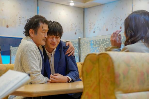 リハーサルからぎゅっと力強く抱き寄せる吉田鋼太郎に、田中圭も耐え切れず笑顔に!