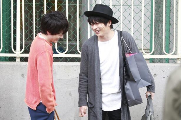 【写真を見る】撮影の合間に絶え間なくおしゃべりして笑い合う田中圭と林遣都の姿をキャッチ!