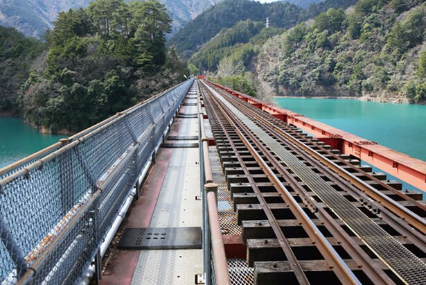 接岨(せっそ)峡温泉駅方面のみ側道があり、歩いて渡れる「奥大井湖上駅」。線路わきを通るのでスリル満点!
