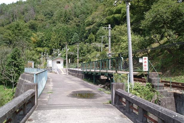 一般道と駅を繋ぐ唯一のかけ橋、天竜橋を渡った先にある「為栗(しでぐり)駅」