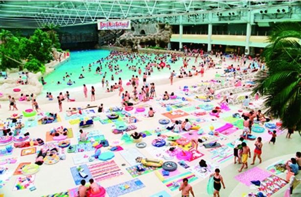 波のプールや流れるプールを備えた温水プールとして人気だった「ワイルドブルーヨコハマ」。'01年に閉園