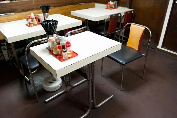 """店内の中央に陣取る唯一の""""ぼっち席""""。テーブルを独占してひとりメシを満喫しよう"""