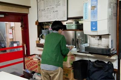 【写真を見る】常連さんをまねてカウンターへ皿を返却。「ごちそうさまでした~」