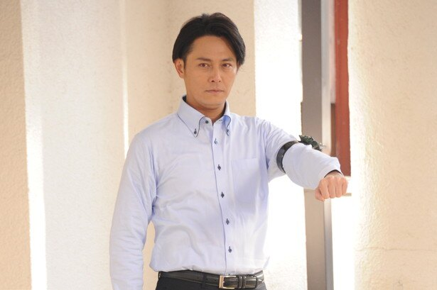 姜暢雄が演じる御堂英之助。仮面ライダーアマゾンネオアルファへ変身する