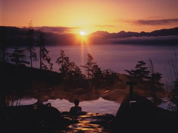 「あっちの湯」からの日の出。この光景が見られるようにと、日の出60分前からオープンしている