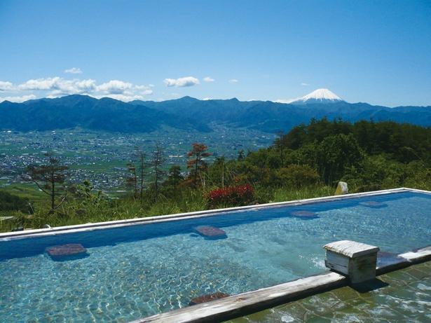 「あっちの湯」は「こっちの湯」より広さが約2倍。アルカリ性単純温泉なので、刺激は少なめ。甲府盆地東部の右奥に富士山が見える。