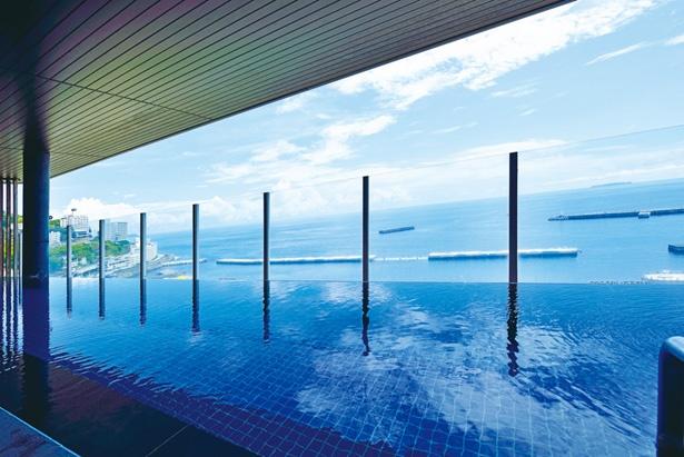 地上40mの最上階にある男性用のオーシャンビューデッキ。露天風呂やドライサウナも備える。眼下にはリゾート地の風景が広がり、遠くは伊豆大島まで見える