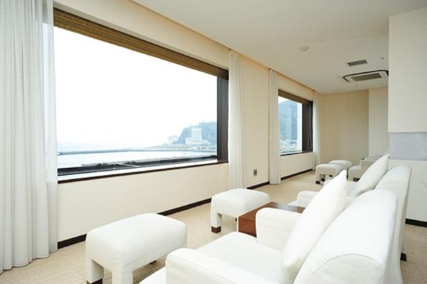 窓が大きな女性専用リラクゼーションラウンジには、ゆったり座れるソファーが置かれている