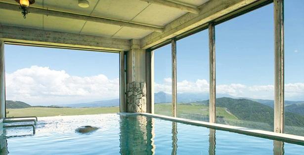 大浴場内の半露天風呂。一部の天候を除き、窓が開放されている