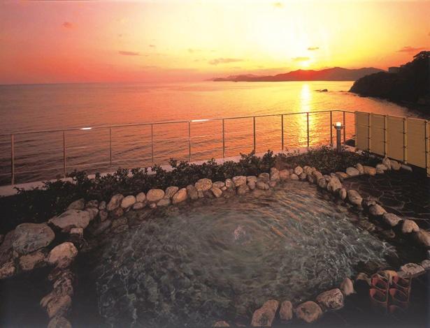 雄大な太平洋が一望できる「つばすの湯」。 360度のパノラマ景色が特徴。