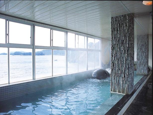 つるんとしたクジラがかわいい、5階の展望風呂。広々とした内湯からも景色を眺められる
