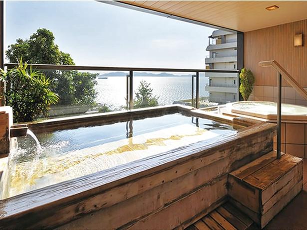湯の大浴場、波音の湯。ヒノキの香りが漂う露天風呂で、こちらも三河湾の景色が美しい