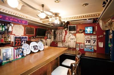 「野球居酒屋 BUNT」の壁には、サインの入ったボールやユニホームなど、ファン歓喜のアイテムが!