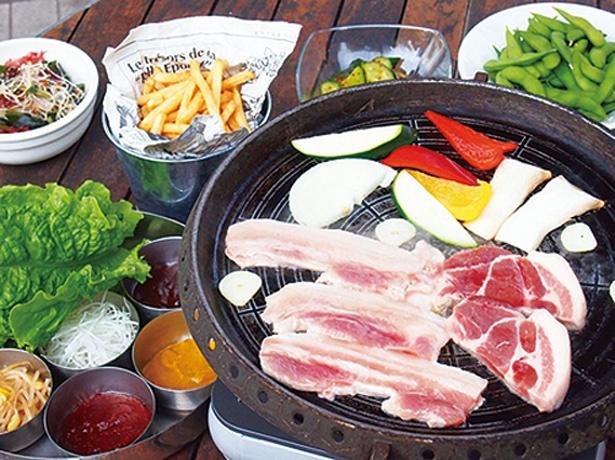 ジューシーな豚肉を、薬味と一緒に新鮮野菜で巻いて味わう