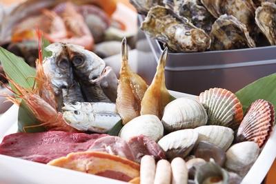 カキや白ハマグリ、サザエをはじめとした鮮度抜群な海鮮を浜焼きバーベキュー風に味わえる
