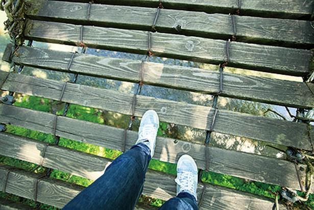 木で作られた踏み板の隙間が大きい。注意して歩かないと、足を踏み外してしまいそうでドキドキ!