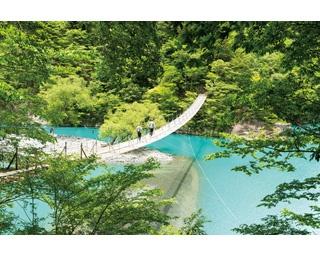 エメラルドグリーンやコバルトブルーなど毎日色が変化するダム湖にかかる橋。神秘的な光景に目を奪われる
