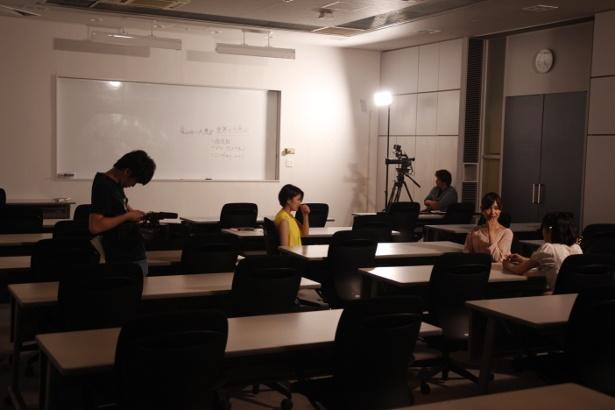 【写真を見る】突然の停電に見舞われ、非常用の明かりの下撮影再開を待つ若手女優たち