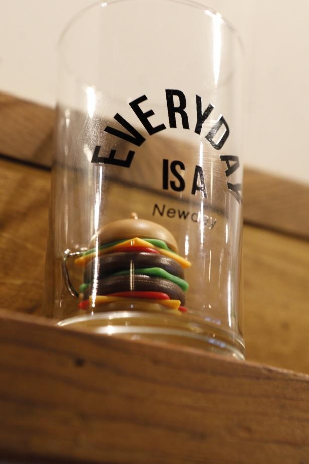 店内にはハンバーガーのオブジェも飾られる