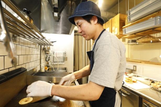 グリラーと鉄板を使い分けてハンバーガーを調理する