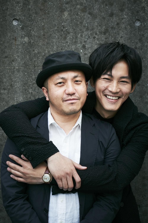 【写真を見る】取材中も息ぴったりの2人、松坂桃李が白石監督をバックハグ!