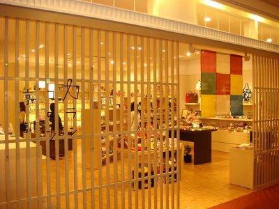 カランコロン京都。レトロで懐かしい和雑貨を扱う。がま口バッグ(2940円)などの小物も販売