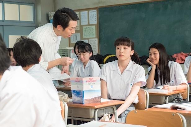 ことば指導の尾関伸次は、山田先生役で出演している