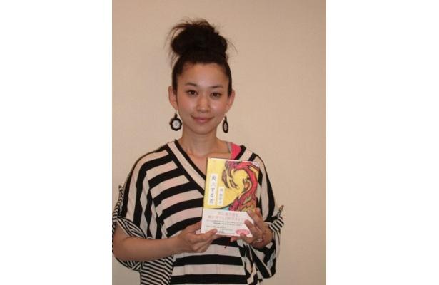 最新刊「炎上する君」を手にする西加奈子氏