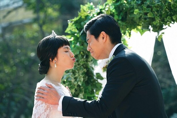 【写真を見る】ウエディングドレス姿のダー子(長澤まさみ)がボクちゃん(東出昌大)とキス!?