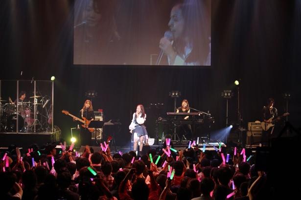 【写真を見る】板野友美は「ソロデビューの時からずっとやりたかった」という生バンドツアーの最終公演を迎えた