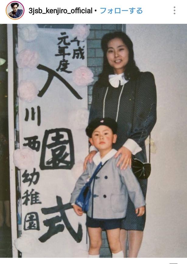 【写真を見る】面影バッチリ! 幼稚園時代の山下健二郎と美人母のほほ笑ましいツーショット