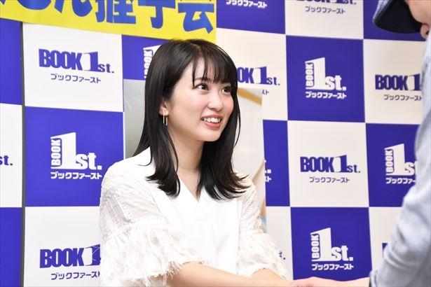 握手会で笑顔を見せる志田未来