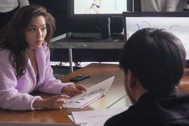 「ピーチ・ジョン」新CM撮影で打ち合わせをする中村アン