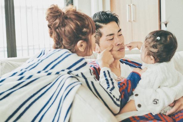 【写真を見る】近藤千尋&まな娘の十愛ちゃんが、ジャンポケ太田のほっぺをツンツン♪