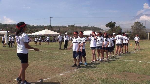 【写真を見る】日本人の大縄跳びの動画を見て練習に励むグアテマラの子供たち